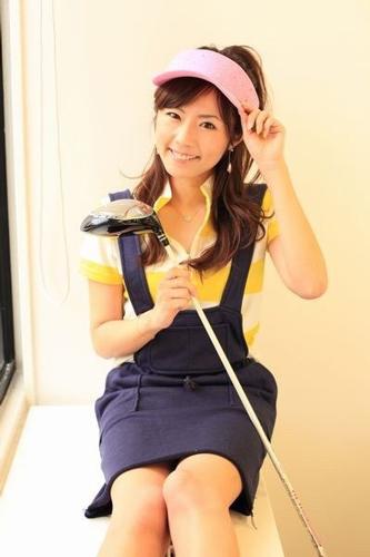 下に合わせるポロやニットで雰囲気もガラリと変化するので、着回し力も抜群でファッションチェックの厳しい女子ゴルフにオススメです。